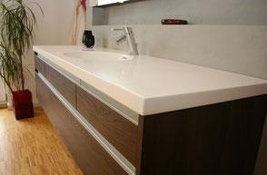 Waschbecken-Armatur aus dunklem Holz maßgefertigt