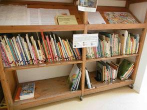 Schrank mit Büchern mehrsprachig zum Ausleihen für Kita-Eltern