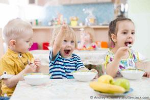 Kinder essen am Tisch, Spaß dabei