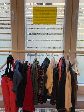 Kleider-Tausch-Stange jahreszeitlich bestückt
