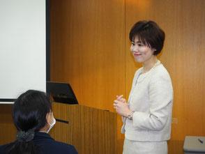 受講者の質問にお答えする、当事務所代表・高島