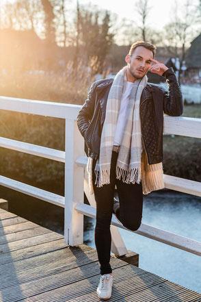 Portrait Mann auf einer Holzbrücke bei Sonnenuntergang
