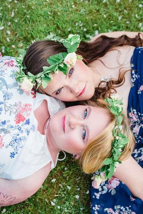 Freundinnenshooting mit Blumenkränzen im Haar