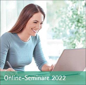 Junge Frau sitzt am Computer - Zu den Online-seminaren und der Mediathek