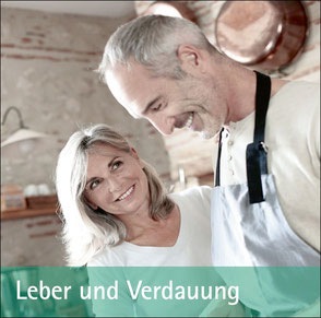 Ehepaar beim Kochen in der Küche - Zum Thema Leber und Verdauung