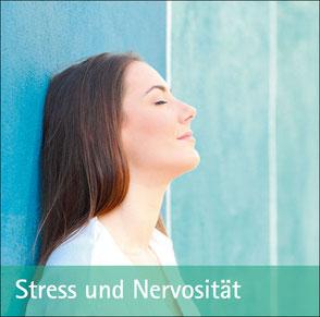 Junge Frau lehnt an Holzwand - Zum Thema Stress und Nervosität