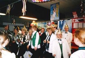 """Wagenübergabe des """"Autohauses Labudda"""" im Getränkemarkt """"Hermanns"""" im Jahr 2004 an Prinzessin Bärbel I. Braun."""