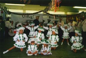 """Wagenübergabe des """"Autohauses Labudda"""" im Getränkemarkt """"Hermanns"""" im Jahr 2000 an Prinz Gerd I. Braun. Im Vordergrund zu sehen die Bambinigarde der KG, rechts """"Weißröcke"""", im Hintergrund die Brasselskapelle um """"Tröte Nöll""""."""