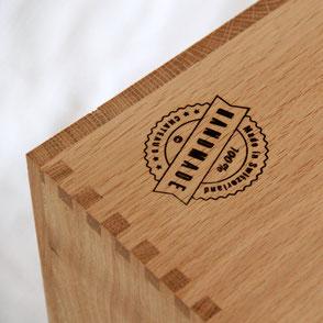 Katzenmöbel mit höchsten Ansprüchen an Design, Qualität und Nachhaltigkeit. Handgemachter Katzenbaum und Kratzbaum und aus Schweizer Eichenholz und naturbelassenem Sisal sowie Möbelstoff, ein modernes Wohnzimmer und schöne Einrichtung.
