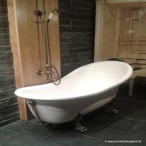 Freistehende Badewanne und Schieferboden