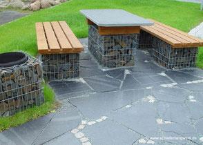 Schiefergabionen mit Sitzfläche aus Holz