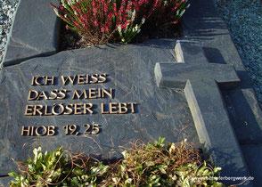 Grabstein mit Kreuz aus Schiefer