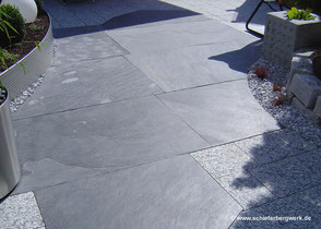 Bodenplatten aus gesägtem Schiefer