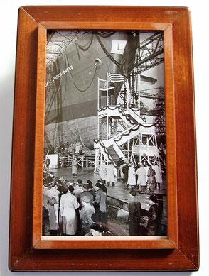 Auf der Innenseite vom Deckel ist ein Originalfoto vom Stapellauf zu sehen