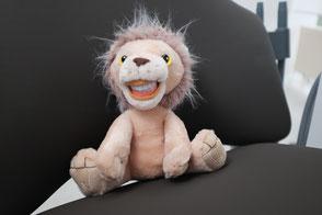 Leo Löwe bei der Kinderbehandlung