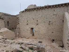 Saint Jordi, en haut du mur, corbeaux soutenant les dalles du chemin de ronde