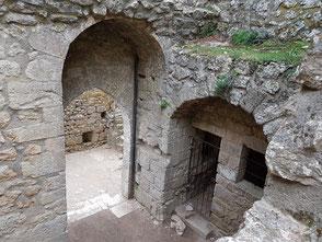 La partie intérieure  de la porte d'entrée avec arc en plein cintre