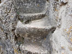 Évier et tablette taillés dans le roc devant le logis de la garnison