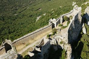 La construcción del recinto bajo de forma triangular  data de mediados del siglo XIII.