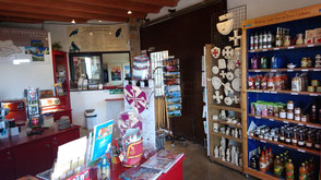 Die Boutique mit zahlreichen lokalen Produkten, Büchern und Souvenirs