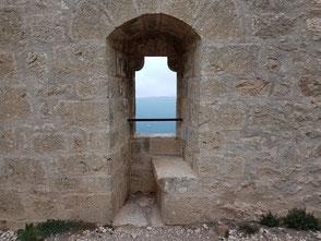 Saint Jordi: fenêtre à coussiège, linteau extérieur soutenu par deux corbeaux  en quart-de rond.