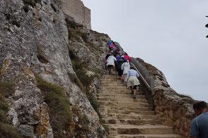 Escalera cortada en la roca