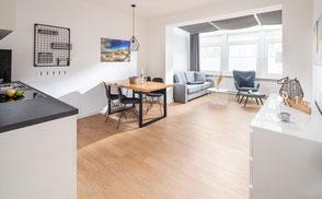 Strandloft 3 Norderney Wohnung 2 - Ansicht vom Küchenbereich ins Ess- und Wohnzimmer
