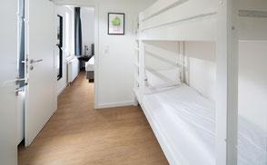 Strandloft 3 Norderney Wohnung 1 - Schlafzimmer 2 mit Blick ins Schlafzimmer 1