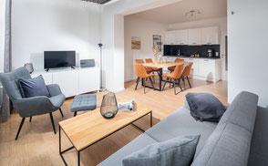 Strandloft 3 Norderney Wohnung 1 - Wohnbereich  mit Blick aus den Essbereich mit Küchenzeile