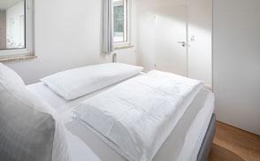 Strandloft 3 Norderney Wohnung 2 - Schlafzimmer Aussicht vom Bett zur Tür