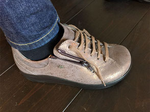 ①靴ひもを十分にゆるめてから足入れして