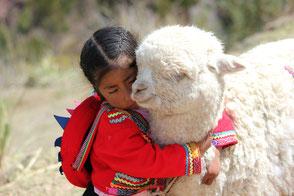 Mädchen und Llama in Peru
