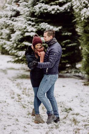 Paar tanzt im Schnee im Wald bei Mainz