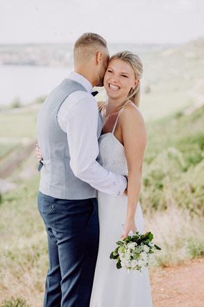 Bräutigam flüstert Braut liebevoll ins Ohr