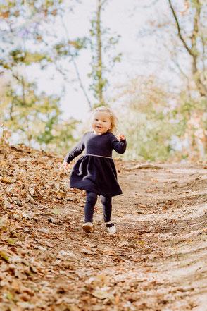 kleines Mädchen läuft schnell zur Mutter