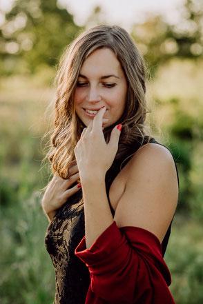 rothaarige Braut in Brautkleid mit Tüll und Spitze am Klavier