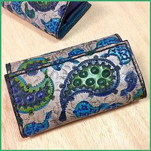 großer handgemachter Geldbeutel mit Punzierung Paisley blau / grün.