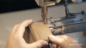 Kleines Portemonnaie wird  mit der  Nähmaschine genäht _ Handarbeit aus Deutschland