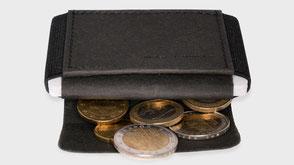 Portemonnaie im offenen Zustand mit Münzen schwarz