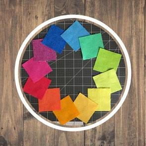 Stoffquadrate im Kreis gelegt
