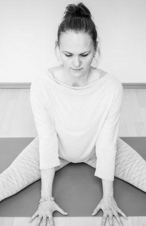 Yoga Asana mit Hilfsmittel / Yoga-Gurt