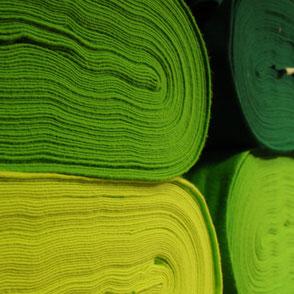 grüne Wollfilzballen im Regal