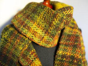 dicker Schal mit handgesponnener Wolle im Schuss (F3), Größe: ca. 180 x 35 cm; Preis: 86,- EUR