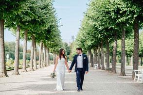 Brautpaar läuft in Allee