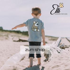 kleiner Junge mit süßem Motiv Shirt einem Teddy