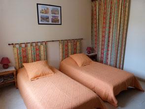 chambre d'hotes avec 2 lits simples, aux Gites des Camparros à Nailloux