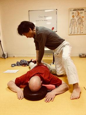 Hiroshi Iwaoka pendant une séance de Shiatsu Myo-Energétique