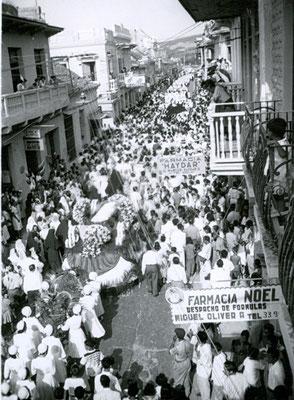 Als Zeichen der Verehrung nimmt die Bevölkerung von Cartagena/Kolumbien in grossen Massen an der Umbettung von Maria Bernarda 1956 teil.