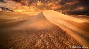 Die Düne stellt die Trostlosigkeit einer unglücklichen Partnerschaft dar, in der Konflikte, Streit und Schuldzuweisungen zu einer Trennung führen.