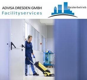 Reinigungsfirma: Gebäudereinigung Dresden mit einer Mitarbeiterin mit Staubsauger bei einer Büroreinigung in Dresden. Logo: ADVISA-Service Reinigungsfirma Dresden GmbH.